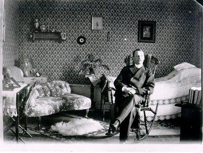 Ungdomsporträtt av Direktör Gunnar Stenbeck född 1870 på Gudhems Kungsgård i Gudhems sn. Gunnar Stenbeck har till stor del bekostat utgrävningarna vid Gudhems klosterruin och hans urna finns placerad inmurad i ruinen. Foto 1902.