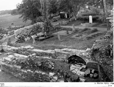 Södra koret från nordväst. Till vänster i förgrunden muren mellan mittkoret och södra koret. Till höger nischen i södra korets södermur.