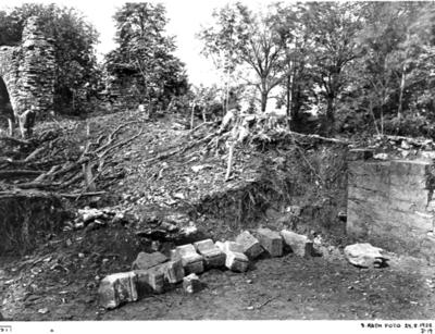 Tribunbågen. Mittkoret mot nordväst med nedrasade valvstenar i läge som de påträffades (ovanför stenarna 101-84 en nedrasad murklump.)