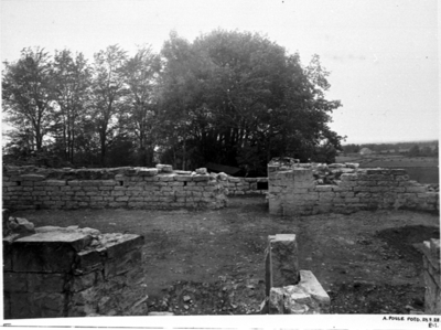 Mittkoret sett från södra koret. I fonden mittkorets norra mur med ställningshål och ingång till norra koret. I förgrunden mittkorets södra mur. Sten nr. 100 inpassad i sitt ursprungsläge.