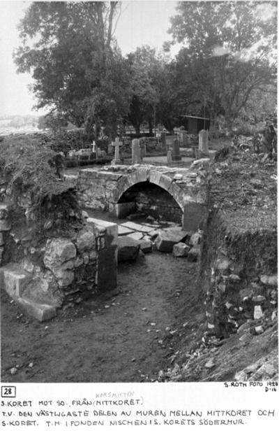 Södra koret mot sydost från (mittkoret) korsmitten. Till vänster västligaste delen av muren mellan mittkoret och södra koret. Till höger i fonden nischen i södra korets södermur.