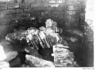 Nordöstra kapellet från norr med nedrasade valv, (mur-)rester av kalksten. Till vänster kant av östra muren. Till höger dörröppning till norra koret.