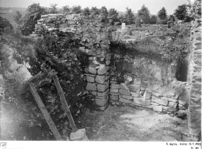 Nedrasad murklump vid ingången till södra tvärskeppet från ostnordost. Provisorisk mur i södra sidskeppets östra del.