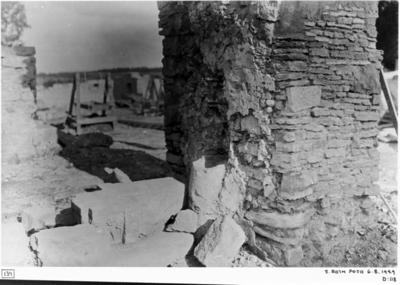 Östligaste pelaren i mittskeppets nordmur från nordväst. Kapitäl nr. 345 i läge som det påträffades. I mitten ett vigvattenskärl.