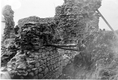 Kyrkan södra korsarmen under utgrävning. Foto mot nordväst. Södra korsarmens västra vägg, insidan (romansk ).