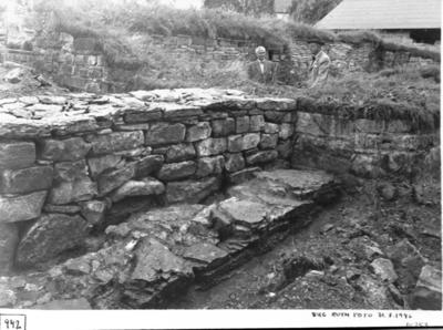 Anläggning i klostrets nordöst hörn. Mordmurens v. del mot sv., där bakom den nyuppförda kyrkogårdsmuren t.h. (borttagen).