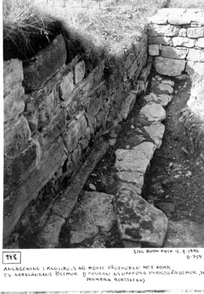 Anläggning i klostrets nordöst hörn. Västmuren mot n. T.v. nordlängans östmur (i fonden nyuppförd kyrkogårdsmur, sedermera borttagen).