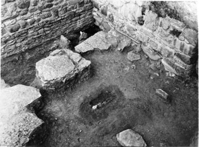 Yttre vinkeln mellan kyrkans södra långhusmur och korsarmen i ett senare stadium av utgrävningen. Foto från sydväst.