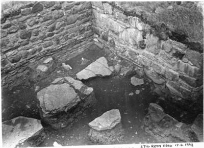Yttre vinkeln mellan kyrkans södra långhusmur och korsarmen. under utgrävning 1948. Foto från sydväst.