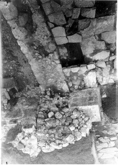 Altargrund i södra korsarmen. Stenramlet utgör ett kvarstående, romanskt murhörn - södra korsarmens sydöstra. Foto mot S.O.Altargrund till vänster. Nederst  tvärhusets södra mur på den romanska kyrkan.