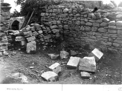 Kyrkan. Långhuset. Södra sidoskeppets östra del. Provisorisk mur med huggsten. Foto mot sydost.