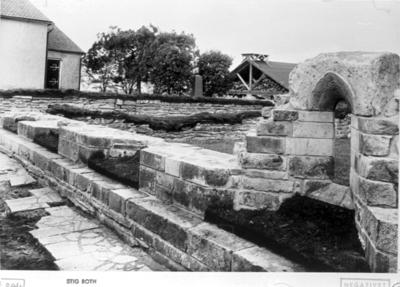 Klostret. Södra korsgången. Gårdsfönstret rekonstruerat med den här funna bågstenen. Foto mot nordväst.