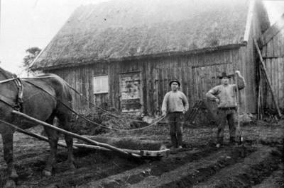 Emil Pettersson bultar rovfåror. Valdemar med rovfrösåmaskin.