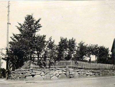 Hörnet av Scheelegatan - Torstenssongatan. Ängshögens södra gånggrift. Efter åverkan 1885 återlades de borttagna stenarna, men enl. uppgift även andra stenar, som ditfördes. På ett av blocken finnes skålgropar. Kammaren mäter 9 m. i längd, 2,4 m. i bredd samt gången 7,7 m. Antikvitetsakademien medgav 1909 endast att så mycket av gravkullen fick borttagas att en meter skulle finnas kvar mellan högkanten och gångens yttersta häll. Man tog emellertid bort intill stenen.