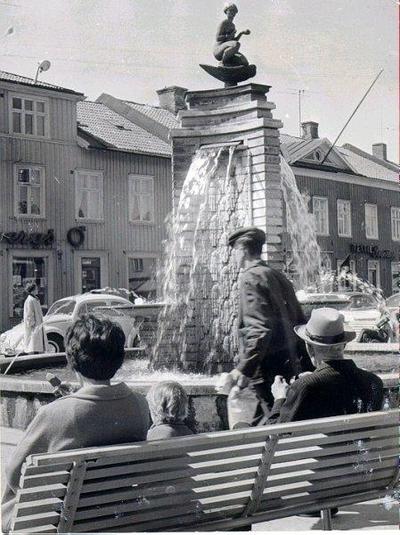 Stora torget. Fontänen. Ivar Tengboms brunn, krönt av Ansgar Almquists skulptur Venus i snäckan. Den avtäcktes 29 augusti 1931 och bekostades av Maltdrycksbolaget Falonia. Kallas därför Malta-Johanna.