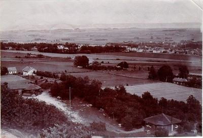 Mössebergs Folkets park 1908-1930. Dansbanan i norra hörnet och servering i sydvästra delen. Gården är Öster Nolgården.