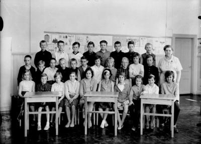 Almby Norra skola, klassrumsinteriör, 29 skolbarn med lärarinna fru Lisa Neijbert-Johansson. Klass 4Bb, sal 1.