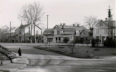 S:t Olofsgatan 60. Mehrska fastigheten vid Trekanten. Foto från Scheelegatans mynning 1936. Skomakarmäst. Mehr hade sin affär i detta hus. I den mindre byggnaden in på gården med gaveln mot gatan hade han verkstaden med ständigt 5 á 6 skomakare i arbete. Slutade verksamheten omkring 1945.