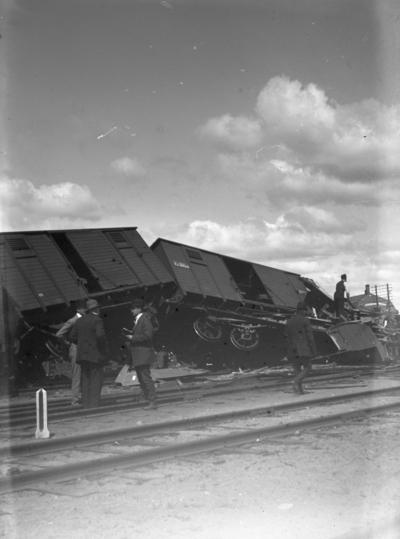 Tågolycka, 5 personer. Troligen urspårning vid Örebro Södra i början av 1900-talet. Se även bilderna: 10641, 10642, 10646, 10647.