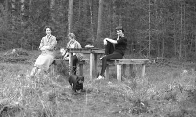 Dammsjön. Tre kvinnor. Ulla och Ingvar Lantz (beställare).