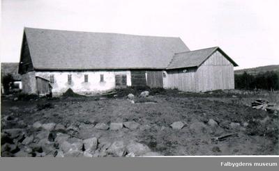Hällkista vid Backgården. Vid borttagandet av ett röse för väganläggning utanför gårdens gödselstad påträffades omkring 1928 en synnerligen vacker hällkista, bestående av 4 hällar, varav den ena kluven och använd till båda långsidorna. Kistan undersöktes inte utan överl. H. Svensson fick Akad. uppdrag att återställa röset så att hällarna blevo synliga i rösets gräsvallning. Bilderna visar den blottade kistan före restaureringen.