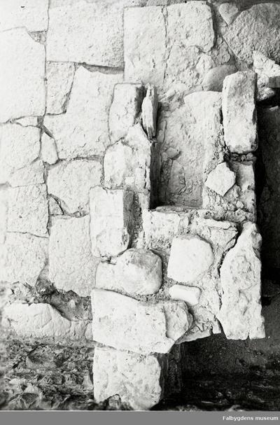 Norra sidoskeppet. Altaret i västra delen sett uppifrån sedan fyllningen borttagits. Nisch efter inmurat relikskrin.