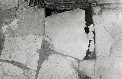 Korskvadranten. Platsen för n. sidoaltaret vid v. gaveln å mittkorets nordmur. (Jfr bild 334). Hällen under altaret. Vid pilen stolphål.