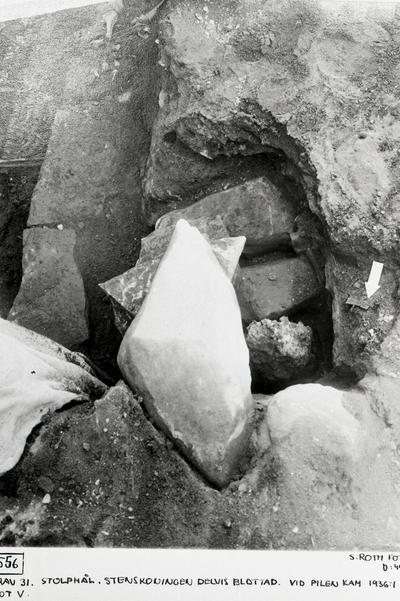 Grav 31. Stolphål. Stenskoningen delvis blottad. Vid pilen blottad. Vid pilen kam 1936:1 mot v.
