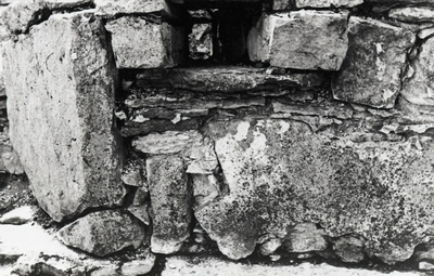 Östra korsgången. Portalsten och murkanal på murens östra sida från öster, gamla fogningen kvar.