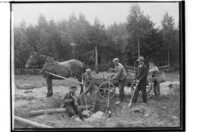 Häst förspänd flakvagn. 4 man som hotar sten, en man som tittar på. Birger Larsson