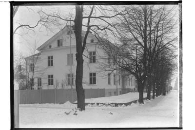 Tingshuset, tvåvånings stenhus, tagit från gatan. Bilden visar huset på Olaigatan 34.  Arkitekt Karl Nissen, Drottninggatan 3, Örebro.
