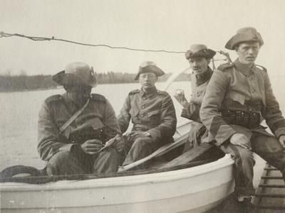 Gruppbild med soldater från Göta livgarde I 2 sittande på båt.