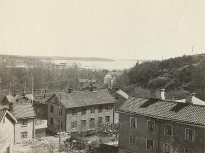 Fotografi över en bysamhälle vid kusten.