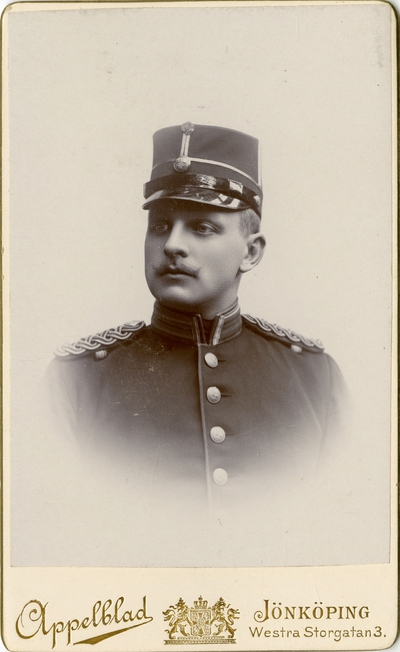 Porträtt av Nils Frithjof Sandberg, underlöjtnant vid Hallands regemente I 28. Se även AMA.0008559.