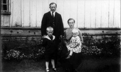 Familjen Hansson, Johannelund Grolanda. Sigfrid (1887-1969), Elisabeth (1893-1980) Hansson med barnen Åke och Ella. Sigfrid arrenderade gården 1922-32.