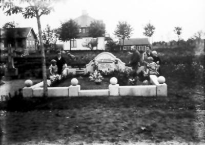 Frida Maria Andersdotters grav. Personerna är Viktor Jakobsson med fru Elin och barnen Margit född 1915, Britta född 1916 och Eva född 1922.