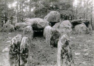 Planteringsförbundets Park, gånggriften Kyrkerör, åter restaurerad. Uppförd under den yngre stenåldern,ca 3 000 - 1 500 f. Kr. Gånggriften är en ättegrav för någon bondesläkt. På översidan av det stora takblocket finns en s.k. skålgrop, som har inborrats i rituellt syfte. Vid väganläggning 1859 borttogs det röse, som omslöt graven så att stenarna föll ned. Gånggriften restaurerades 1928. De yttre gångstenarnas ursprungliga läge kunde dock ej med säkerhet fastställas. Vid undersökning av kammarens södra del påträffades människoben, flintskärvor, bärnstenspärlor och genomborrade djurtänder. Det torde vara den enda stadspark i vårt land och kanske i norra Europa, som har en stenåldersgrav i ursprungligt läge inom sina gränser. Fynden förvaras i Statens Historiska Museum.