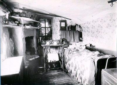 Grottstugan på Kinnekulle. Bebodd av tjuvskytten Lasse med fru och barn. Med länsmans hjälp blev Lasse tre gånger driven ur socknen - men kom alltid tillbaka. Vistades så i sju år inom kommunen utan att bönderna kunde utfundera var han höll hus om natten. Till sist blev hans vistelseort upptäckt på själva länsmansbostället, där han i en otillgänglig grotta i berget uppförde sin bostad. Då länsmannen fick spörja detta sade han till bönderna: