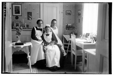 Hålahults sanatorium, interiör, tre sittande kvinnor, två diakonissor, kvinna till höger Hanna Johansson köksföreståndarinna.
