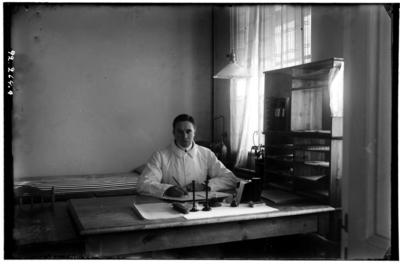 Hålahults sanatorium, interiör, underläkare A.D.M. Bonnert sitter vid ett skrivbord anställd 1/11 1916 - 15/8 1918