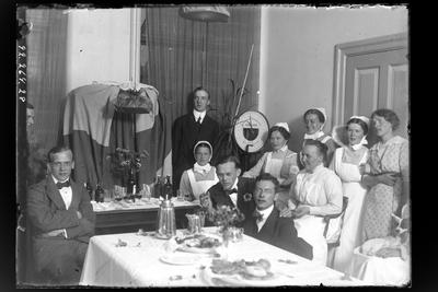 Hålhults sanatorium, interiör grupppbild, personal, fest-uppvaktning? stående längs bak underläkare  O.T. Hellsten 1/7 1914 -31/8 1914, sittande främre raden andra från vänster underläkare B.K Bertilsson 1/9 1913 - 15/8 1914, sittande mitten - raden till höger Hanna Johansson kökföreståndarinna 15/2 1913 -> Samma motiv som bild som LTM-92-264-355
