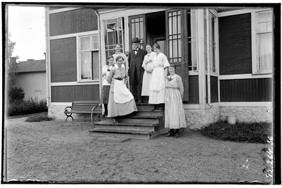 Hålhults sanatorium, exteriör, trähus, sex kvinnor och en man på trappan överläkare C.E. Waller 1/1 1900