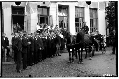Hålahults sanatorium, exteriör, två hästar med en fyrhjulig öppen vagn utanför porten, mycket folk Kusken Johansson?