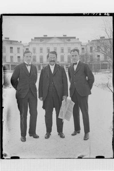 Hålahults sanatorium, exteriör, tre män utanför huvudbyggnaden, snö på marken, till vänster V.H Steffen underläkare 1/1 1920 - 15/8 1922