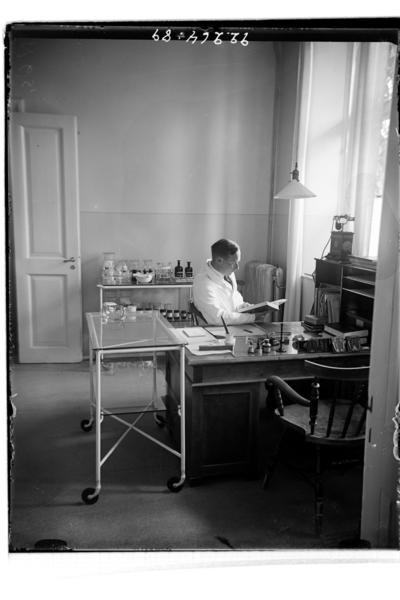 Hålahults sanatorium, interiör, underl. - exp. med dr. Göransson, Sigurd Göransson *1902 Tjänstegjorde 1933-34 på Håhult.