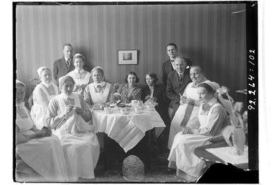 Hålahults sanatorium, interiör, gruppbild, sjukvårdspersonal och några i privatakläder runt ett kaffebord. Märta Wahlström längst till höger. provsyster? fr. Ersta (Leg Diakonissor har hakband)