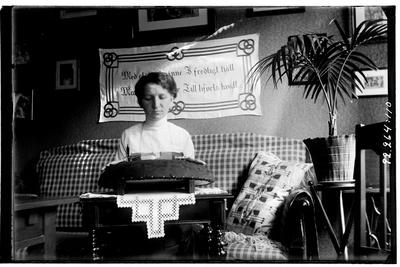 Hålahult sanatorium, interiör, kvinna sitter vid ett bord och knypplar, personalbostad? samma kvinna knypplar på bild LTM-92-264-103