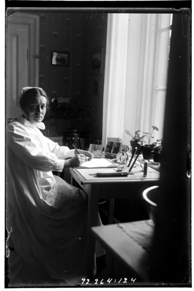 Hålahult sanatorium, interiör, syster Rut Larsson sitter vid ett skrivbord samma motiv som bild nr LTM-92-264-27