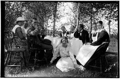 Hålahult sanatorium, exteriör, tre män, sju kvinnor runt ett kaffebord i naturen, en del med uniform, från vänster, Betty Waller dr. Wallers dotter, Hanna Johansson köksföreståndarinna