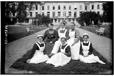 Hålahult sanatorium, exteriör, gruppfoto på personal framför huvudbyggnad, bakre rad nr. tre från vänster Hanna Johansson kökföreståndarinna 15/2 1913 -> sittande från vänster syster Rut Larsson 1/7 1914 ->